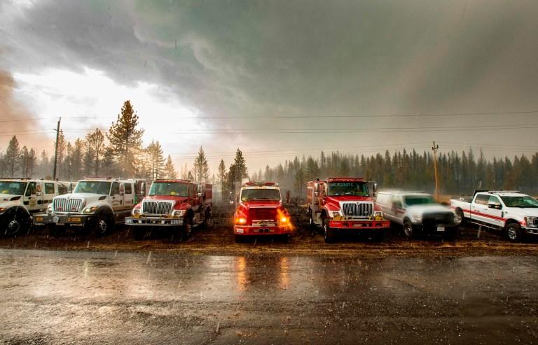 Les pompiers attendent dans leurs véhicules alors que la grêle tombe sur l'incendie de Hog près de Susanville, en Californie, le 21 juillet 2020. - Une cellule d'orage mélangée à une colonne de cendres de pyrocumulus du feu de Hog, entraînant des vents erratiques et des éclairs avant de se transformer en une tempête de grêle qui a éteint une partie de l'incendie.
