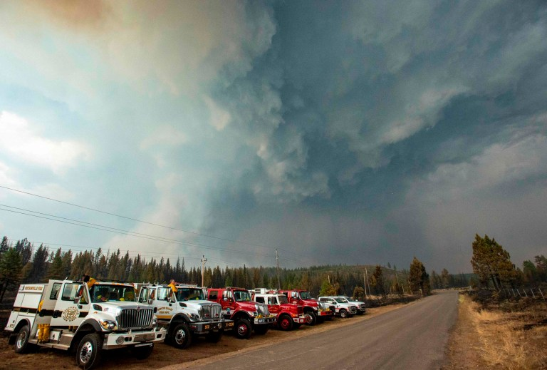 Les pompiers regardent comme une colonne de fumée du feu Hog entre en collision avec une cellule orageuse près de Susanville, Californie le 21 juillet 2020. - Une cellule orageuse mélangée à une colonne de cendres pyrocumulus du feu Hog, entraînant des vents et des éclairs erratiques avant d'évoluer dans une tempête de grêle qui a éteint une partie de l'incendie.