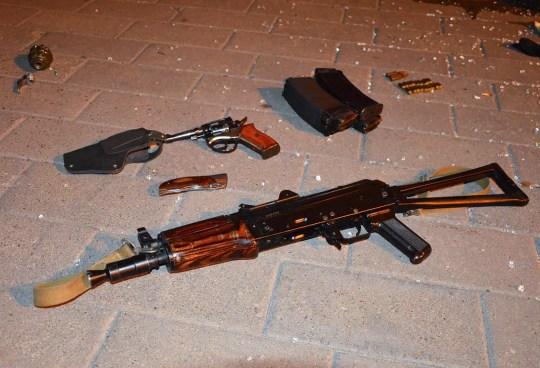 Arme ayant appartenu à un assaillant, qui a saisi un bus longue distance avec 13 otages, au sol après que des policiers ont capturé l'assaillant dans le centre-ville de Loutsk, à quelque 400 kilomètres (250 miles) à l'ouest de Kiev, en Ukraine, mardi 21 juillet. , 2020. La police ukrainienne a déclaré que l'homme armé qui avait saisi des otages à bord d'un bus longue distance dans la ville occidentale de Loutsk a été arrêté et que toutes les personnes qu'il détenait ont été libérées indemnes après une impasse qui a duré plus de 12 heures.  (Bureau de presse de la police ukrainienne via AP)