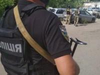 Des agents des forces de l'ordre ukrainiens sont vus près d'un site où un homme armé d'une grenade tient un policier en otage à Poltava, Ukraine, le 23 juillet 2020. Service de presse de la police nationale d'Ukraine / Document via REUTERS À L'ATTENTION DES RÉDACTEURS - CETTE IMAGE A ÉTÉ FOURNIE PAR UN TIERCE PERSONNE.