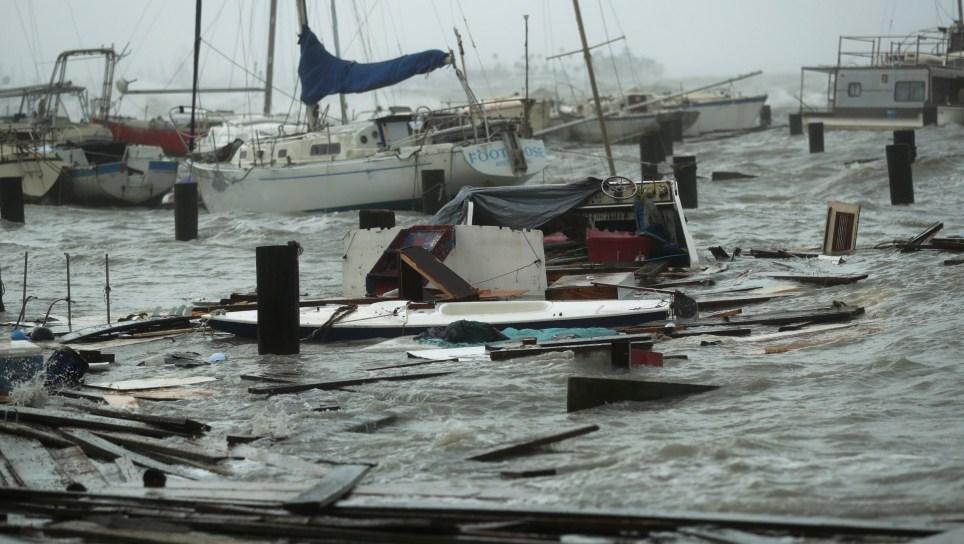 Des bateaux lâches et endommagés sont ballottés après que les quais de la marina où ils avaient été sécurisés aient été détruits lorsque l'ouragan Hanna a touché terre, le samedi 25 juillet 2020, à Corpus Christi, au Texas. (Photo AP / Eric Gay)