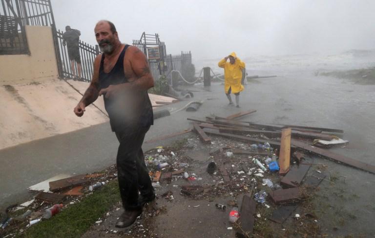 Les propriétaires de bateaux examinent les dommages après que les quais de la marina où leurs bateaux avaient été sécurisés ont été détruits lorsque l'ouragan Hanna a touché terre, le samedi 25 juillet 2020, à Corpus Christi, au Texas. (Photo AP / Eric Gay)