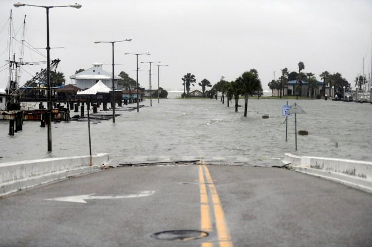 Peoples Street commence à être inondée lors de l'ouragan Hanna, samedi 25 juillet 2020, à Corpus Christi, au Texas.  C'est le premier ouragan de l'Atlantique en 2020./Corpus Christi Caller-Times via AP)
