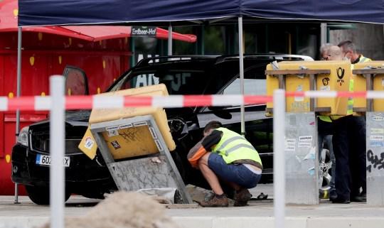 La police enquête sur un SUV Mercedes noir endommagé devant la gare 'Bahnhof Zoologischer Garten' après un accident sur la place Hardenbergplatz dans le centre-ville occidental de Berlin, Allemagne, le 26 juillet 2020.Selon la police, une voiture est entrée dans un groupe de les gens tôt le matin.  Sept personnes sont blessées dont le conducteur de la voiture, qui est actuellement en état d'arrestation.  La police déclare pour le moment que des antécédents politiques ou religieux ne peuvent être confirmés.