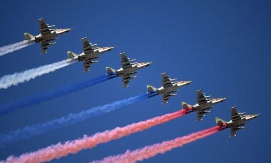 Les chasseurs à réaction Su-25 libèrent de la fumée aux couleurs du drapeau de l'État russe lors du défilé de la journée de la marine à Saint-Pétersbourg, en Russie, le 26 juillet 2020. Spoutnik / Alexei Druzhinin / Kremlin via REUTERS ATTENTION RÉDACTEURS - CETTE IMAGE A ÉTÉ FOURNIE PAR UN TIERS.