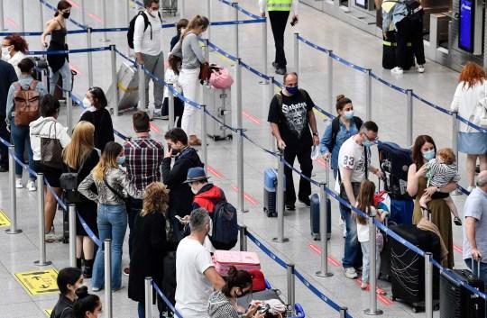 Les voyageurs s'enregistrent pour les vols à l'aéroport de Düsseldorf, en Allemagne, le lundi 27 juillet 2020. De nouveaux centres de test pour le coronavirus sont installés dans les aéroports allemands en raison de la pandémie, des tests corona gratuits sont donnés aux rapatriés des pays désignés comme zones à risque.  (Photo AP / Martin Meissner)