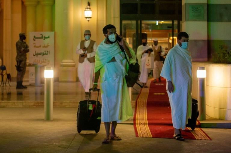 Les pèlerins musulmans portent des masques de protection avant le hajj
