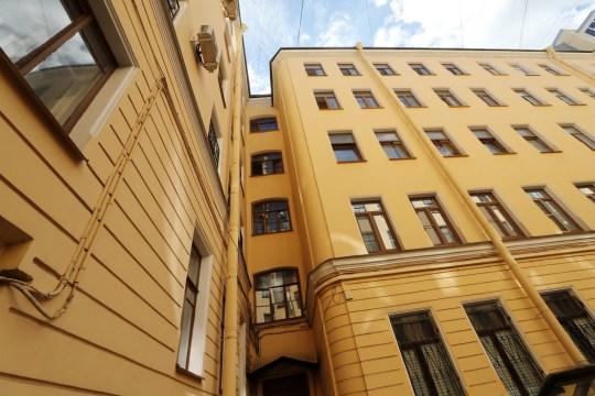 Saint-Pétersbourg, Russie - 30 juillet 2020: Une vue extérieure d'un immeuble à 134 Nevsky Prospekt Street où la police a trouvé le corps démembré d'un homme.  Selon des données préliminaires, la victime est le rappeur ukrainien Alexander Yushko, connu sous le nom de scène d'Andy Cartwright.  Alexander Demianchuk / TASS (Photo par Alexander Demianchuk \ TASS via Getty Images)