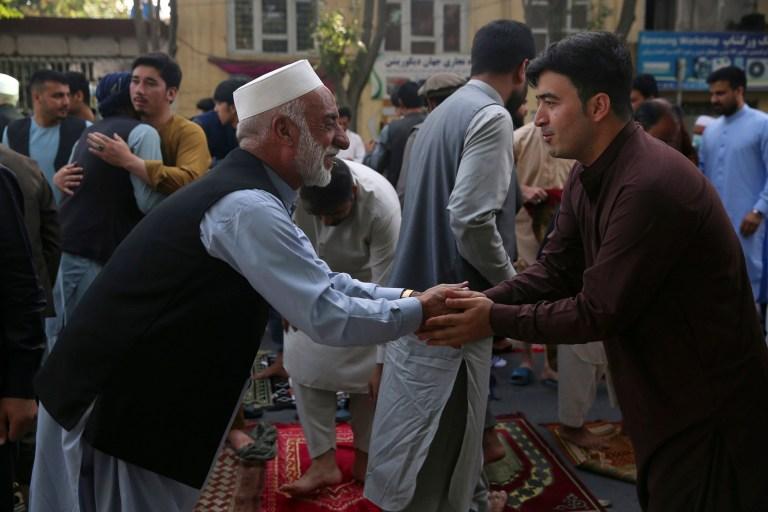 Les musulmans afghans se saluent après avoir offert des prières de l'Aïd al-Adha à Kaboul, en Afghanistan, le vendredi 31 juillet 2020. Pendant l'Aïd al-Adha, ou fête du sacrifice, les musulmans abattent des moutons ou du bétail et distribuent des portions de viande aux pauvres. .  (Photo AP / Rahmat Gul)