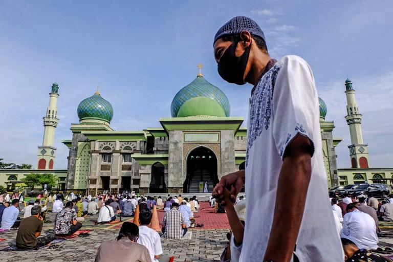 PEKANBARU, INDONÉSIE - 31 JUILLET 2020: Les musulmans d'Indonésie effectuent la prière de l'Aïd al-Adha en utilisant des masques faciaux et en maintenant une distance physique au milieu de l'épidémie de coronavirus (COVID-19) à la grande mosquée An-Nur à Pekanbaru, province de Riau, Indonésie le 31 juillet 2020. (Photo de DEDY SUTISNA / Agence Anadolu via Getty Images)