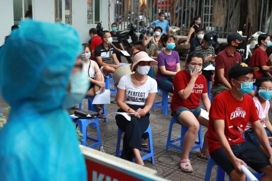 Les gens font la queue pour le test COVID-19 à Hanoi, Vietnam, vendredi 31 juillet 2020. Le Vietnam a signalé vendredi le premier décès du pays d'une personne atteinte du coronavirus alors qu'il se débat avec une nouvelle épidémie après 99 jours sans aucun cas.  (Photo AP / Hau Dinh)