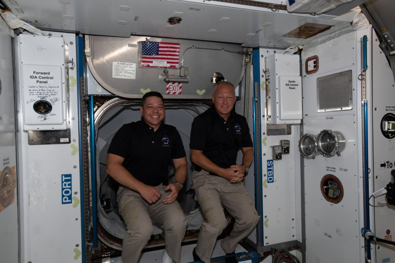 epa08568645 Un document photo mis à disposition par la National Aeronautics and Space Administration (NASA) montre les deux derniers membres de l'équipage de la Station spatiale internationale, les astronautes de la NASA Bob Behnken (L) et Doug Hurley (R), venant d'entrer dans le laboratoire en orbite peu après son arrivée à bord du Vaisseau spatial SpaceX Crew Dragon, 31 mai 2020 (émis le 27 juillet 2020).  Après deux mois à bord de la Station spatiale internationale, les astronautes Bob Behnken et Doug Hurley devraient rentrer chez eux.  Le duo se détachera avec le vaisseau spatial Crew Dragon de SpaceX de l'ISS le 1er août, puis s'écrasera dans l'océan Atlantique le 2 août, mettant fin à la première mission en équipage de la NASA à bord d'un vaisseau spatial commercial.  DOCUMENT DE DOCUMENT EPA / NASA UTILISEZ UNIQUEMENT / PAS DE VENTES