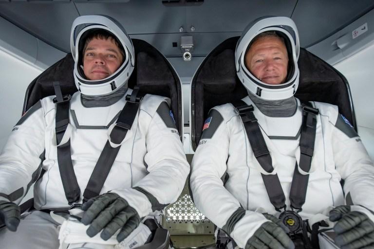 epa08580085 (FILE) - Un document photo mis à disposition par SpaceX montre les astronautes de la NASA Bob Behnken (L) et Doug Hurley participant à un test entièrement intégré du matériel de vol SpaceX Crew Dragon à l'installation de traitement SpaceX sur la base aérienne de Cape Canaveral en Floride, USA , 30 mars 2020 (publié le 2 août 2020).  Emportant les astronautes de la NASA Robert Behnken et Douglas Hurley, Endeavour devrait s'écraser dans le golfe du Mexique le 02 août.  La paire a été lancée à la Station spatiale internationale (ISS) le 30 mai 2020, dans le premier vaisseau spatial commercialement construit pour transporter des personnes en orbite.  DOCUMENT EPA / SPACEX DOCUMENT ÉDITORIAL UTILISEZ UNIQUEMENT / PAS DE VENTES