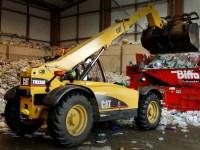 Chariot élévateur à fourche rassemble les plastiques d'une baie de recyclage à l'usine de recyclage BIFFA à Beaumont Leys dans le Leicestershire.
