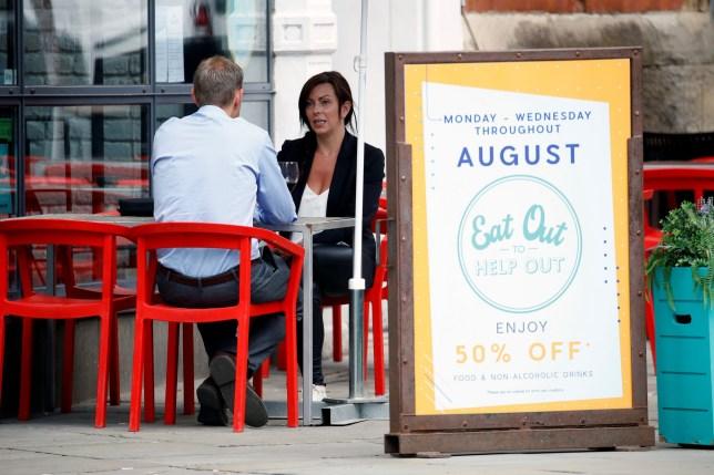 Des gens s'assoient dans un restaurant le jour de l'ouverture du programme `` Eat Out to Help Out '', au milieu de l'épidémie de coronavirus à Manchester