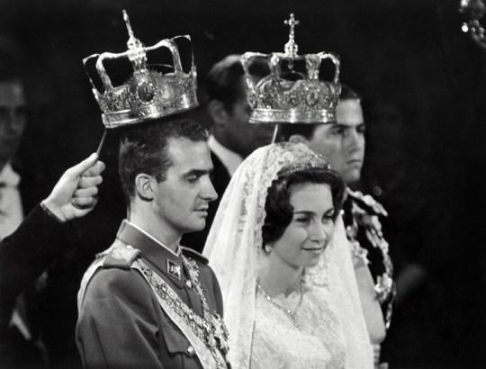 Le 14 mai 1962, le prince Juan Carlos d'Espagne et son épouse la princesse Sophia de Grèce sont photographiés à Athènes lors de leur mariage.