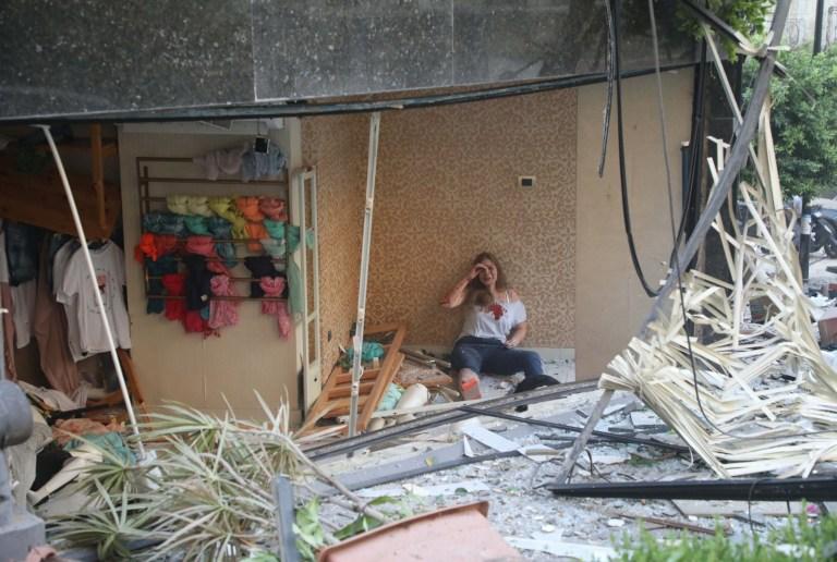 Crédit obligatoire: Photo de Xinhua / REX (10733107m) Une femme blessée est vue dans un bâtiment endommagé après l'explosion à Beyrouth, Liban, le 4 août 2020. Les deux énormes explosions qui ont secoué la capitale libanaise Beyrouth mardi ont fait des dizaines de morts et de blessés , a rapporté la chaîne de télévision al-Jadeed.  Liban Beyrouth Huge Explosions - 04 août 2020