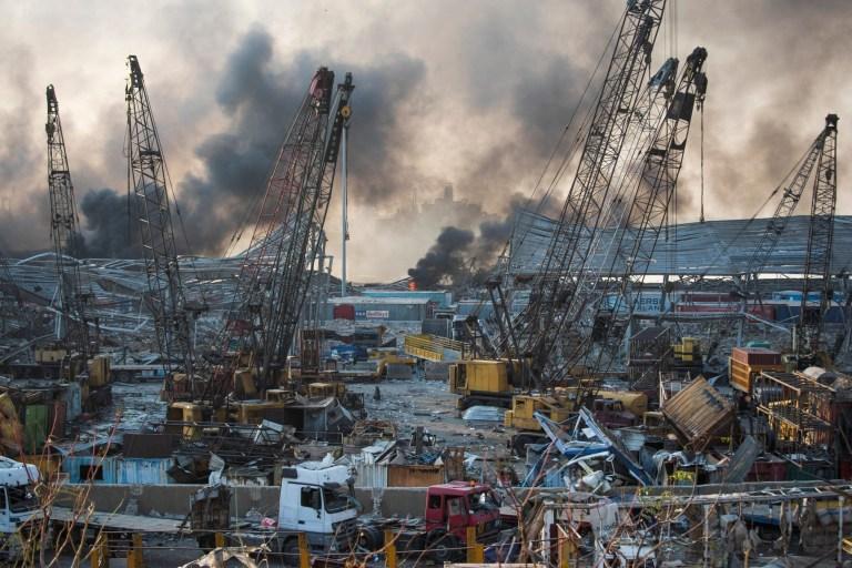 La fumée monte à la suite d'une explosion massive à Beyrouth, au Liban, le mardi 4 août 2020 (Crédit: AP Photo / Hassan Ammar)