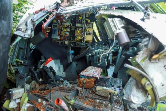 L'épave d'un avion Air India Express est photographiée à l'aéroport international de Calicut à Karipur, Kerala, le 8 août 2020. - Une pluie et des vents violents ont frappé un avion de passagers transportant 190 personnes de Dubaï qui s'est écrasé et s'est déchiré en deux dans un aéroport de le sud de l'Inde a tué au moins 18 personnes et blessé des dizaines d'autres, ont déclaré des responsables.  (Photo par Arunchandra BOSE / AFP) (Photo par ARUNCHANDRA BOSE / AFP via Getty Images)