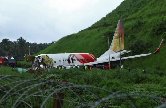 Des responsables inspectent le site où un avion de passagers s'est écrasé lorsqu'il a dépassé la piste de l'aéroport international de Calicut à Karipur, dans l'État du Kerala, dans le sud de l'Inde.