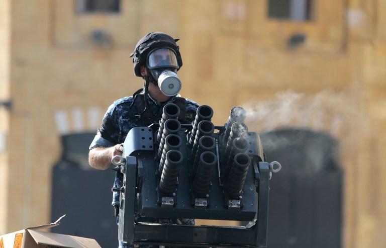 Un membre des forces de sécurité libanaises charge des gaz lacrymogènes dans un lanceur lors d'affrontements au centre-ville de Beyrouth le 8 août 2020, à la suite d'une manifestation contre un leadership politique qu'ils accusent d'une explosion monstre qui a tué plus de 150 personnes et défiguré la capitale Beyrouth.  (Photo par - / AFP) (Photo par - / AFP via Getty Images)
