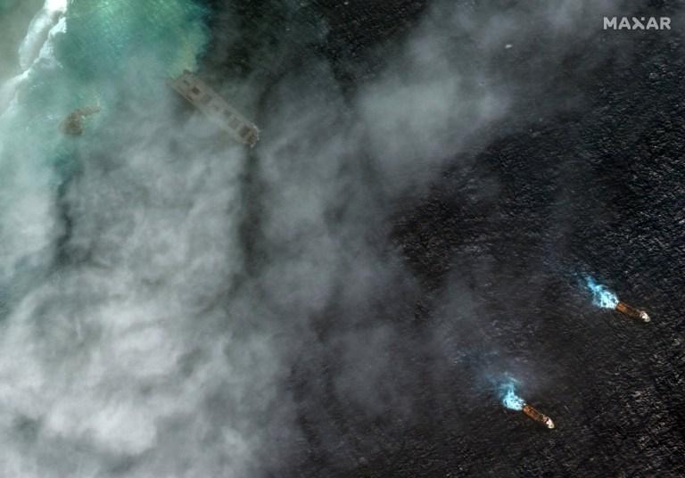 Des images satellites montrent le MV Wakashio en détresse remorqué après avoir couru au large de Maurice.