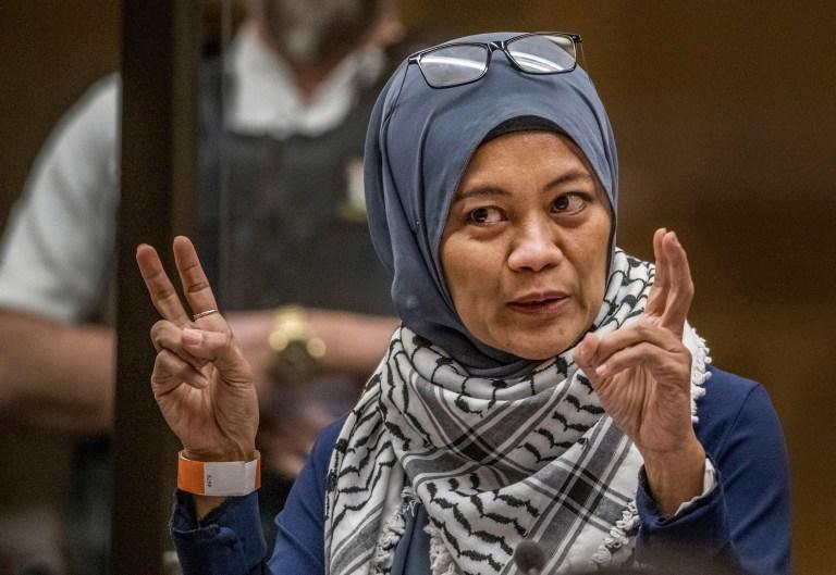 Hamimah Tuyan fait des gestes alors qu'elle donne sa déclaration de victime lors de l'audience de détermination de la peine de l'Australien Brenton Harrison Tarrant à la Haute Cour de Christchurch après que Tarrant a plaidé coupable à 51 chefs de meurtre, 40 chefs de tentative de meurtre et un chef de terrorisme à Christchurch, Nouvelle-Zélande, Mercredi 26 août 2020. Plus de 60 survivants et membres de leur famille affronteront le tireur de la mosquée néo-zélandaise cette semaine lorsqu'il comparaîtra devant le tribunal pour être condamné pour ses crimes dans la pire atrocité de l'histoire moderne du pays.  (John Kirk-Anderson / Photo de la piscine via AP)