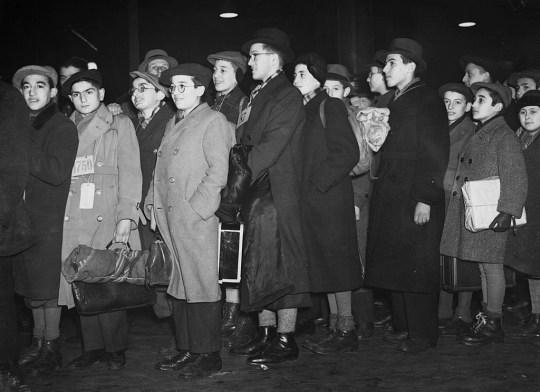 Certains des garçons et filles juifs réfugiés d'Allemagne et d'Autriche qui vivaient au Dovercourt Bay Camp arrivent cet après-midi à la gare de Liverpool Street où ils seront accueillis par leurs parents d'accueil avec lesquels ils passeront Noël.  (Photo par ?? Hulton-Deutsch Collection / CORBIS / Corbis via Getty Images)