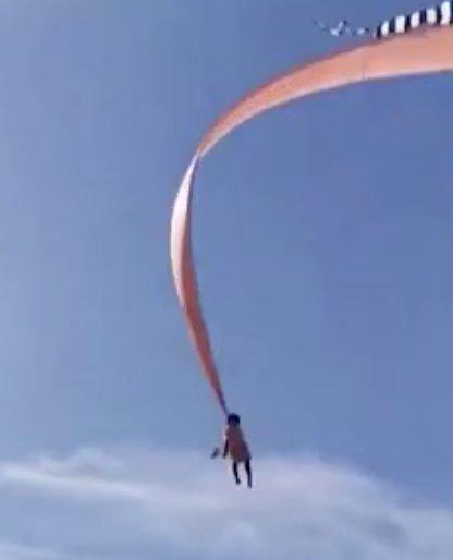 Moment horrible, une fille de 3 ans est emportée dans le ciel par un cerf-volant