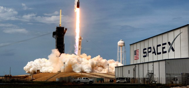 SpaceX lance un autre lot de satellites Starlink avant le lever du soleil