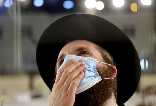 Un juif orthodoxe porte un masque protecteur