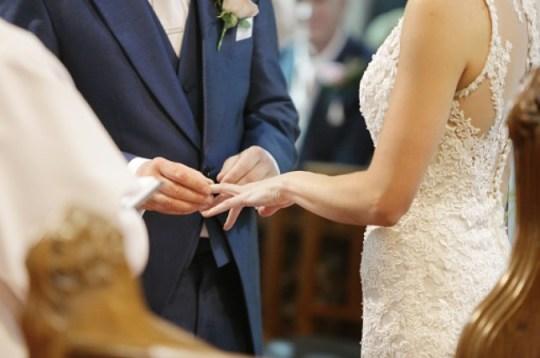 Des épidémies de coronavirus ont été signalées dans une prison, une église et une maison de retraite après qu'une personne infectée ait assisté à un mariage.