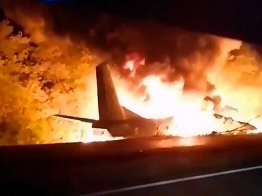 Un avion militaire transportant des cadets de l'armée de l'air s'écrase en Ukraine tuant 26 personnes