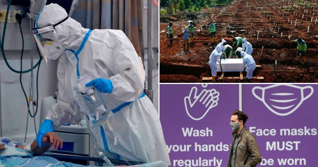 Les gens en combinaisons de matières dangereuses et un homme qui passe devant un panneau rappelant aux gens de porter des masques et de se laver les mains