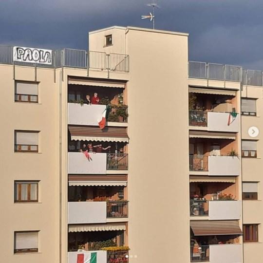 Deux amoureux des étoiles modernes ont prouvé que la romance était toujours en plein essor dans la belle ville de Vérone après être tombés amoureux l'un de l'autre depuis leur balcon pendant le verrouillage.  Paola Agnelli, 39 ans, a repéré Michele D? Alpaos, 38 ans sur un balcon opposé https://www.instagram.com/paola.agnelli80/?hl=fr