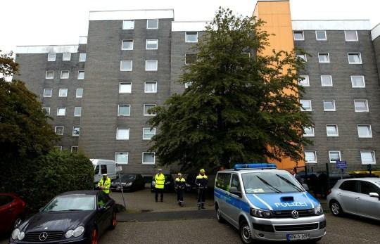 Des policiers sont vus devant un immeuble résidentiel où les corps de cinq enfants ont été retrouvés dans la ville occidentale de Solingen, en Allemagne, le 3 septembre 2020. REUTERS / Thilo Schmuelgen