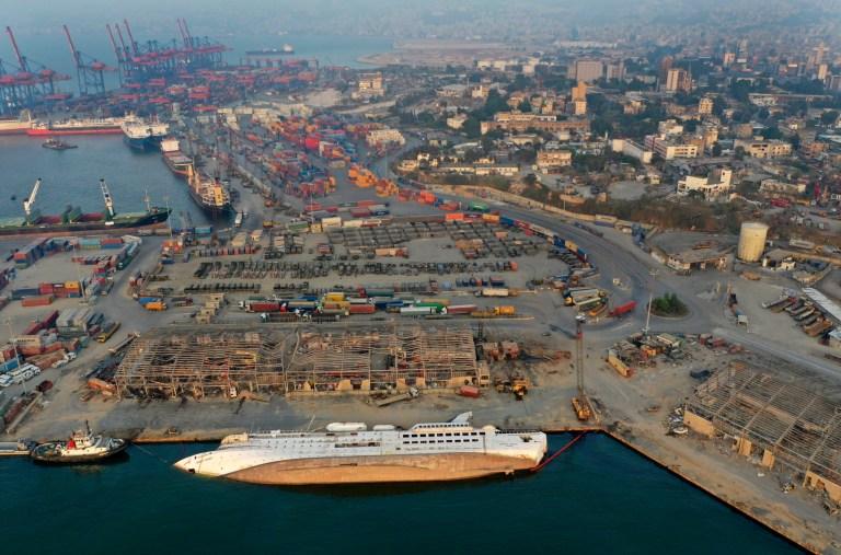 Un navire de croisière coulé à la suite de l'explosion du 4 août qui a frappé le port de Beyrouth, au Liban, se trouve dans l'eau le samedi 29 août 2020.