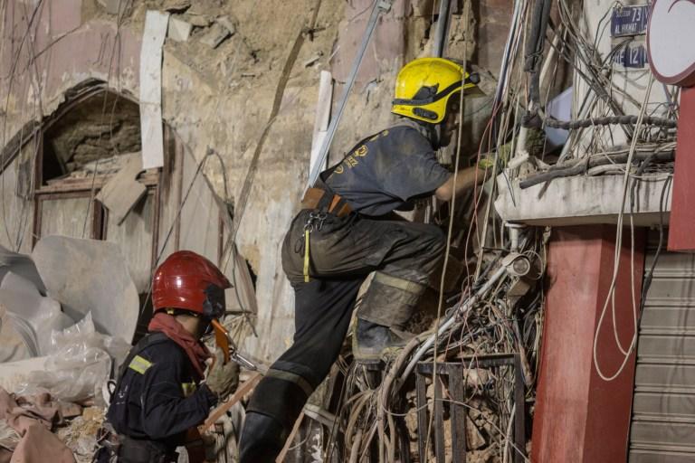 Les secouristes montent dans un bâtiment détruit pour trouver un survivant potentiel 30 jours après l'explosion dans le port de Beyrouth, le 3 septembre 2020 à Beyrouth, au Liban.