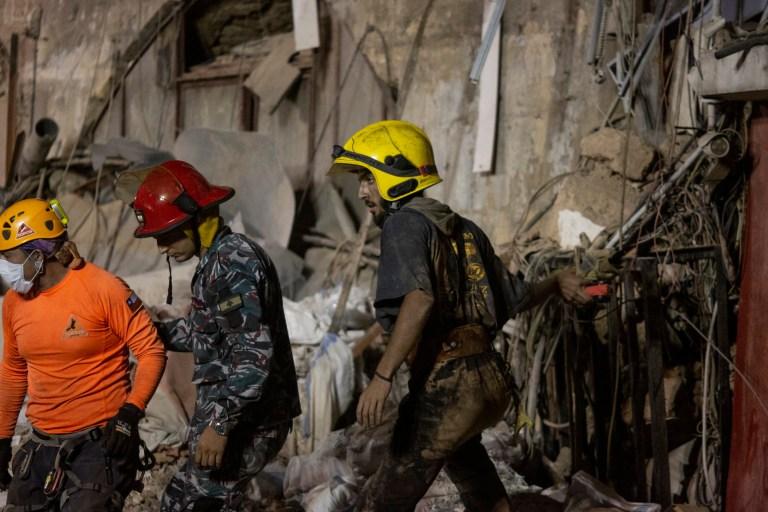 Des secouristes sortent d'un bâtiment détruit lors des efforts pour trouver un survivant potentiel 30 jours après l'explosion dans le port de Beyrouth, le 3 septembre 2020 à Beyrouth, au Liban.