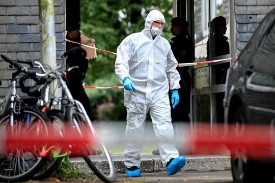 epa08644989 Un médecin légiste et des policiers devant un immeuble d'appartements à Solingen, Allemagne, 3 septembre 2020. Selon les rapports, cinq enfants morts âgés d'un à huit ans ont été retrouvés dans un immeuble.  Le fond est encore inconnu.  Les enquêteurs supposent que la mère a commis le crime.  EPA / SASCHA STEINBACH