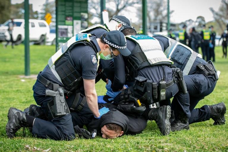 Un manifestant anti-lockdown est arrêté à Albert Park Lake.