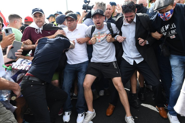 Anti-migrant protesters form barricade