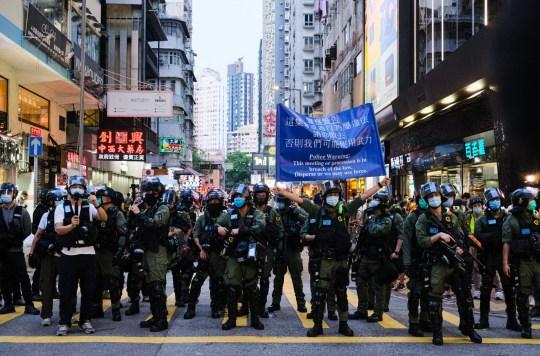 Crédit obligatoire: Photo de Keith Tsuji / SIPA / REX (10769007h) La police anti-émeute tient une pancarte de réchauffement lors d'un rassemblement non autorisé le 6 septembre 2020 à Hong Kong, Chine.  La manifestation était contre la décision du gouvernement de reporter l'élection du conseil législatif en raison du coronavirus COVID-19 et de la loi sur la sécurité nationale.  Manifestations à Hong Kong, Chine - 06 septembre 2020