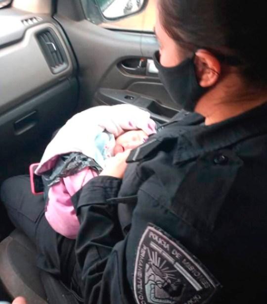 La petite fille avec un policier.  (Flash info)