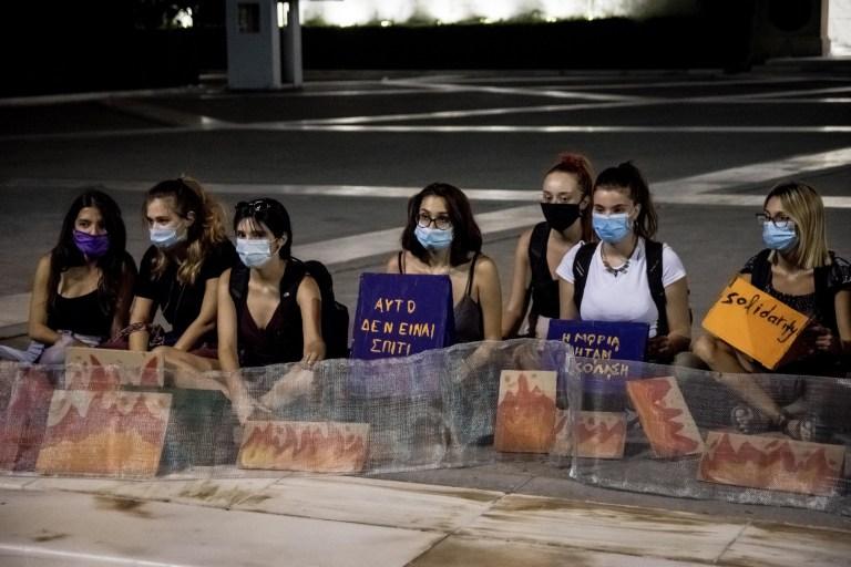 Les manifestants sont assis avec une pancarte devant le Parlement grec lors d'une marche de protestation à Athènes, en Grèce, le 11 septembre 2020 pour les droits des réfugiés en raison de la situation dans le camp de Moria de Lesbos.  (Photo par Nikolas Kokovlis / NurPhoto)