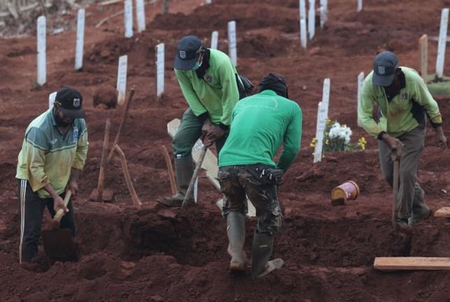 Crédit obligatoire: Photo de Kuncoro Widyo Rumpoko / Pacific Press / REX (10774079ab) L'atmosphère funéraire du corps de Covid-19 au cimetière public de Pondok Rangon (TPU), à l'est de Jakarta, le vendredi 11 septembre 2020. En tant que nombre de résidents exposés à de plus en plus de victimes ont reculé, le nombre de terriers laissés pour les corps des patients Covid-19 sur ce site funéraire n'est que d'environ 1100 terriers.  Le gouvernement provincial de la région spéciale de la capitale de Jakarta augmentera également la capacité de charge pour l'inhumation des corps des patients COVID-19 sur les terres de ce cimetière public.  Funérailles des patients Covid-19 à Pondok, Jakarta, région spéciale de la capitale de Jakarta, Indonésie - 11 septembre 2020
