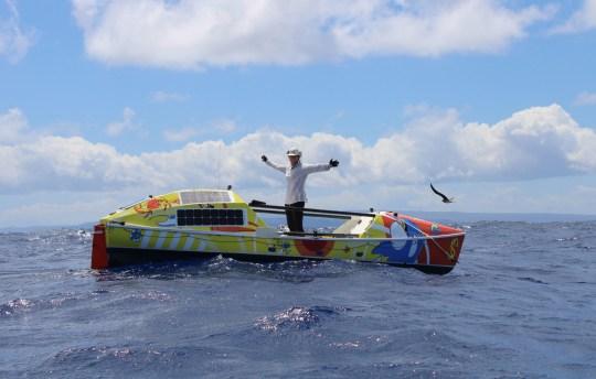 Lia Dutton célèbre juste avant d'atteindre le Waikiki Yacht Club, Hawaii.