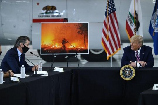 Le président américain Donald Trump s'adresse au gouverneur de Californie Gavin Newsom) à l'aéroport de Sacramento McClellan à McClellan Park, Californie, le 14 septembre 2020 lors d'un briefing sur les incendies de forêt.