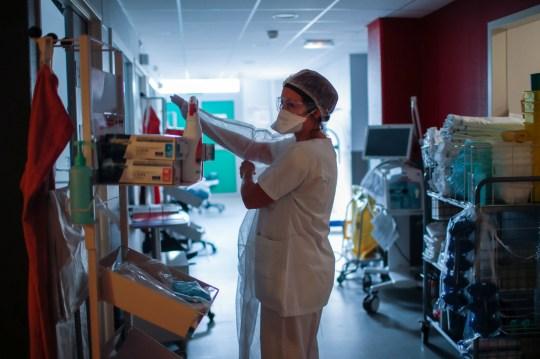 Photographie d'une infirmière mettant un EPI