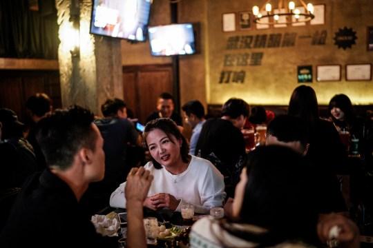 WUHAN, CHINE - 18 SEPTEMBRE: (CHINE OUT) Les gens boivent dans un bar à bière le 18 septembre 2020 à Wuhan, province du Hubei, Chine.  Comme il n'y a eu aucun cas enregistré de transmission communautaire à Wuhan depuis mai, la vie des résidents est revenue à la normale.  (Photo par Getty Images)